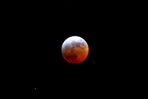 Very strange moon tonight